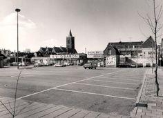 Datering tot: 1973-12-31 Beschrijving: Parkeerterrein achter de HEMA, ontstaan door het slopen van het grootste gedeelte van de Kreupelstraat.