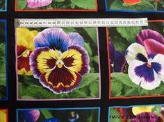 Stedmor blomster Patchworkstof i firkanter - er et super flot stykke patchworkstof med stedmor blomster i firkanter der hver m�ler knap 18 x 18 cm Der er flere forskellige motiver og 15 firkanter p� et stykke.