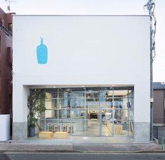 입구를 안으로 미는 모양은 많이 봤는데 사선으로 미는 것도 꽤 공간이 색다르게 연출될 것 같다 Blue bottle coffee kiyosumi-shirakawa tokyo by schemata archtects.