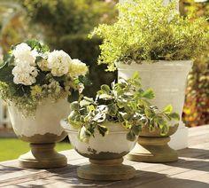 Garten Landhausstil gestalten anlegen frische Blumen Keramiktöpfe