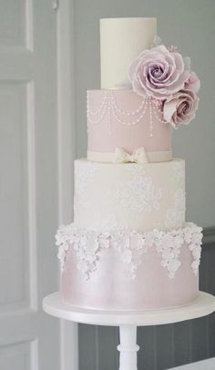 ab248eceb670 Wedding cakes can go from the easiest to the most complex decorations  each  has its