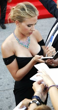 Scarlett Johansson ♥ Such the crush on her!! Look at her she is HOT!!!