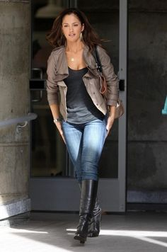 Minka Kelly Photos - Actress Minka Kelly is all smiles on the set of 'The Roommate', shooting in downtown Los Angeles.Kelly stopped to pick up some poop from her dog. - Minka Kelly On The Set Of 'The Roommate' Aerosmith, Fall Outfits, Cute Outfits, Fashion Outfits, Minka Kelly Style, Minka Kelly Hair, Studded Jeans, Autumn Winter Fashion, Fall Fashion
