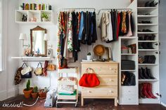 Closets criativos com prateleiras, closets feitos com prateleiras, closets, cabideiros, #closets #cabideiros