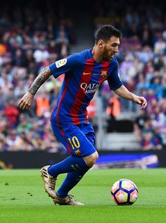 Lionel Messi Photos - Lionel Messi of FC Barcelona runs with the ball during the La Liga match between Barcelona and Eibar at Camp Nou on 21 May, 2017 in Barcelona, Spain. - Lionel Messi Photos - 5266 of 14650 Messi Y Neymar, Messi 2017, Fc Barcelona, Barcelona Catalonia, God Of Football, Football Players, Leo King, Messi Photos, Soccer Tips