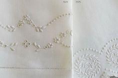 Toalhas em linho bordadas a bastidos, viúvas e garanitos.