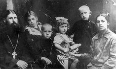Иерей Леонид (Виноградов) с семьей: дочь Ермиония (Панова), сын Агафангел (умер в 1935 г.), дочь Нина (Черкасова), сын Рафаил и Матушка Клавдия Николаевна.