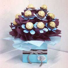 centros de mesa de bombones sencillos Chocolate Pack, I Love Chocolate, Chocolate Gifts, Candy Bouquet Diy, Gift Bouquet, Chocolate Flowers Bouquet, Valentine Baskets, Diy Valentine, Edible Bouquets
