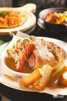 阿爾薩斯酸菜燉豬腳/420元 燉煮的德國豬腳屬於德國鄉村菜,旁邊的烤吐司可以沾醬汁食用。(楊為仁攝)