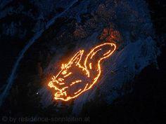 """""""Berge in Flammen"""" - die alljährlich zur Sommersonnenwende stattfindenden Ehrwalder Bergfeuer in Tirol sind immaterielles UNESCO Kulturerbe Österreichs."""