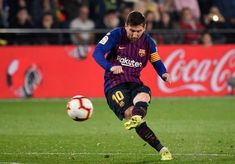 TOPSHOT-FBL-ESP-LIGA-VILLARREAL-BARCELONA Villarreal Cf, Messi Goal Video, Lionel Messi, Messi Goals, Barcelona, Latest Nigeria News, Best Football Players, Uefa Champions, Free Kick