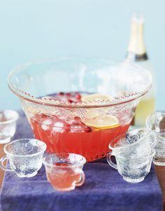 Recette Cocktail marquisette au vin mousseux rosé : Coupez les fruits en dés et mettez-les dans un saladier. Ajoutez le sucre, le rhum et le vin blanc. Laisse...