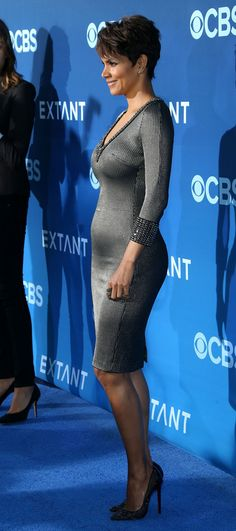 halle-berry-at-extant-premiere-in-los-angeles_11.jpg 1 200 × 2 703 bildepunkter