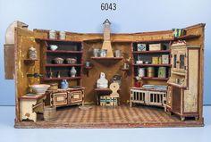 Puppenküche mit integrierten Schränken, Rauchabzug und Wassertank sowie versch. Zubehör, Boden un — Blechspielzeug