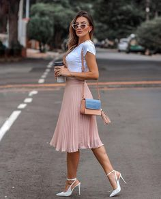 Midi skirt is quite a popular piece lately. That's why we've put together the most awesome midi skirt outfits with different outfit styles. Modest Dresses, Modest Outfits, Classy Outfits, Modest Fashion, Skirt Fashion, Trendy Outfits, Fashion Dresses, Modest Wear, Modest Clothing