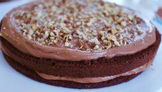 Detta är en lätt chokladtårta eller nutellafylld sockerkaka som är hur-god-som-helst. När jag gör tårtbotten så fryser jag alltid in den innan den ska skäras i. Varför? Jo de blir så mycket lättare att jobba med, och smular mindre. Sedan är denna kakan väldigt lätt att slänga ihop när du … Läs mer
