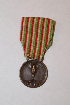 """Medaglia commemorativa della guerra italo-austriaca 1915-1918"", Italy - Europeana 1914-1918 CC-BY-SA https://it.wikipedia.org/wiki/Medaglia_commemorativa_della_guerra_italo-austriaca_1915-1918"