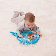 Six floating pals move when baby pats this colorful mat. Perfect for tummy time and high chair play! Just fill with water and let the fun begin.