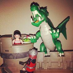 #hjälten ska rädda #prinsessan mot den söta #draken Glöm inte att det är fest i @tabycentrum m @playmobil den 29 november klockan 10-18. Fota fina bilder m #playmobil och skriv #sharethesmile och #playmobil40år Prisutdelning klockan 15.00 i #täbycentrum