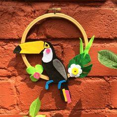 Para quem gosta de bastidor e feltro um tucano para decorar e reparou que ele é todo colado? Achei tão criativo encontrei no perfil @trimcraft #feltro #bastidor #cola #euamofazerartesanato