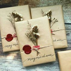 Here are some creative ways to make your Christmas presents extra special this year! Have a look at 20 different ways to gift wrap your presents! Elegant Gift Wrapping, Present Wrapping, Creative Gift Wrapping, Creative Gifts, Diy Gift Box, Diy Gifts, Christmas Gift Wrapping, Christmas Gifts, Holiday