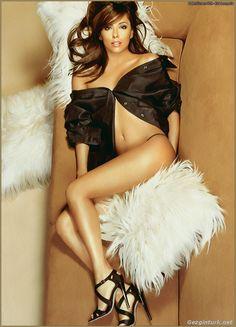 Eva Longoria, née le 15 mars 1975 à Corpus Christi (Texas), est une actrice américaine d'origine mexicaine. Elle est devenue célèbre grâce à son rôle de Gabrielle Solis dans la série Desperate Housewives. myloft.ch love this glamourous sofa #myloft.ch #mobilier #design