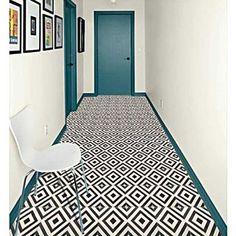 Carreaux de ciment noir et blanc sur fond blanc et boiseries bleu canard = un ensemble graphique aussi sobre que réussi !
