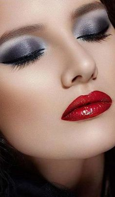 Smokey Eyes with Red lips are a classic Makeup trend of Be glamorous and stylish with this unique makeup. Read Smokey Eyes ideas with Red Lips here. Pink Eye Makeup, Sexy Makeup, Lip Makeup, Makeup Tips, Makeup Ideas, Purple Eyeshadow, Makeup Designs, Makeup Geek, Beautiful Lips