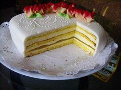Tiramisu cu lamaie este un desert delicios, un tort cu blat biscuite pe care-l puteti pregati pentru orice ocazie festiva. Crema pufoasa are gust