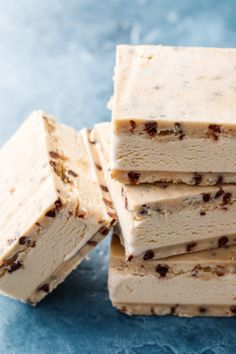 Ice cream sandwiches are delicious, fancy treats, but are incredibly simple. Check out these easy recipes for homemade ice cream sandwiches in tons of flavors. Eating Raw Cookie Dough, Homemade Ice Cream Sandwiches, Refreshing Desserts, Chocolate Chip Cookie Dough, Frozen Desserts, Frozen Treats, Cream Cake, Frozen Yogurt, Dessert Recipes