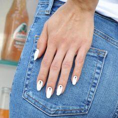 ¿Cambio de manicura a la vista? Estas son las más 'tops' que han elegido nuestras famosas a lo largo del verano. White Manicure, Gel Manicure, Nails, Fashion Bubbles, Beauty Makeup, Nail Designs, Nail Polish, Black And White, Instagram