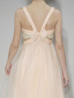 lamorbidezza: Givenchy Alta Costura Primavera 2004 Detalles...yo le sacaria ese moño!!