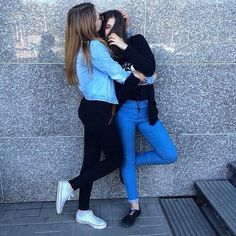 Friendship is the most beautiful gift above all life's treasures 💎❌ ➡️ 👭🤞✔ Girl Photo Poses, Girl Photography Poses, Girl Photos, Cute Friend Pictures, Friend Photos, Bff Poses, Jess Conte, Best Friend Poses, Cute Lesbian Couples
