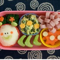 We love this Kids Caterpillar Bento Box idea for Back to School time!  http://www.flowermoundfamily.com/9895/kids_caterpillar_-bento_box