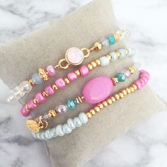 Summer bracelet set with swarovski stone, glass beads and a pink gemstone bead. Shop at www.donaparte.nl