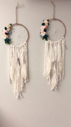 Beautiful Floral Wall Hanging Dream Catcher DIY tutorial – perfect for a nursery - Diy Excellent DIY tips are offered on our web pages. Have a look and you wont be sorry you did. Read information on home decoration tips life aClick the link to read What Dream Catcher Decor, Blue Dream Catcher, Dream Catcher Nursery, Classy Bedroom Decor, Diy Room Decor, Diy Bedroom, Macrame Projects, Diy Projects, Palette Deco
