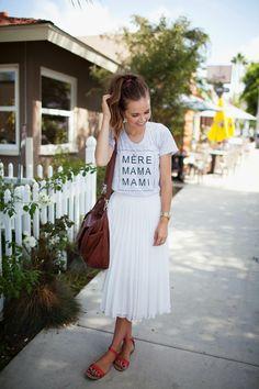 Graphic T-Shirt and Midi Pleated Skirt (Camiseta Escrita + Saia Plissada Branca). White Skirt Outfits, Pleated Skirt Outfit, White Pleated Skirt, Midi Skirts, Midi Skirt Outfit Casual, Modest Skirts, Looks Boho Chic, Casual Looks, Women's Casual