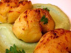 Patatas chafadas con salsa de aguacate