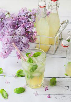 Limonade selber machen, kennen wir noch aus unserer Kindheit. Heutzutage kann man noch viel kreativer sein, z.B. mit dieser Limetten-Basilikum-Limonade