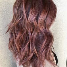 Rose gold brunette couleur cheveux balayage hair, hair et hair styles. Ombre Hair Color, Hair Color Balayage, Brown Hair Colors, Rose Gold Balayage Brunettes, Fun Hair Color, Rose Hair Color, Ombre Rose, Rose Gold Brown Hair Color, Brown Hair Rose Gold Highlights