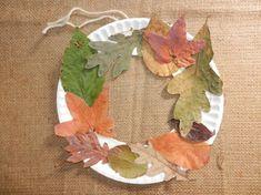 Make a door wreath out of leaves and a paper plate- Basteln Sie einen Türkranz aus Blättern und einem Pappteller Make a door wreath out of leaves and a paper plate - Fall Crafts For Kids, Crafts For Teens, Diy For Kids, Crafts To Make, Kids Crafts, Summer Crafts, Easter Crafts, Christmas Crafts, Leaf Crafts
