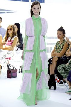 See all the Collection photos from Delpozo Spring/Summer 2016 Ready-To-Wear now on British Vogue Pantone, Timeless Fashion, High Fashion, Fashion Show, Fashion Fashion, Fashion Trends, Mode Abaya, Fru Fru, Delpozo
