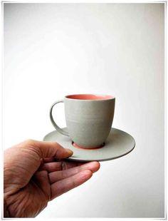 Koffie kopje en schotel grijs met koraal rood.
