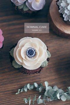 Cake with olives and feta - Clean Eating Snacks Korean Buttercream Flower, Buttercream Flower Cake, Flower Cupcakes, Piping Buttercream, Buttercream Designs, Gorgeous Cakes, Pretty Cakes, Frosting Flowers, Rice Cakes
