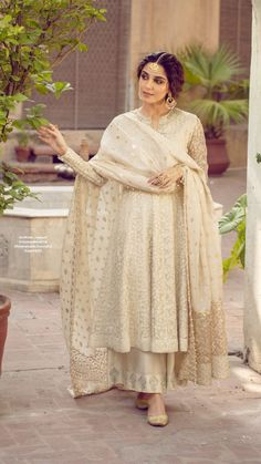 Nikkah Dress, Shadi Dresses, Pakistani Formal Dresses, Pakistani Wedding Outfits, Pakistani Dress Design, Indian Gowns, Indian Attire, Indian Outfits, Stylish Dress Designs