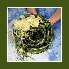 Der rustikale Brautstrauß aus Orchideen, Veilchen, Ranunkeln und Löwenzähnen in Grün, Gelb und Lila