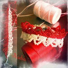 Anello broken Heart in filato C-lon rosso e bianco e perline