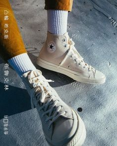 Converse Women's Chuck Taylor All Star High Top Sneakers Estilo Converse, Converse Chuck Taylor, Converse Outfits, Converse Style, White Converse, Sock Shoes, Cute Shoes, Converse Shoes, Men Jeans