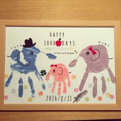 生誕1000日記念のお祝いに手形アートを☆ 以前友人宅ではらぺこあおむしの足形アートを見て 1000日記念というのもステキ♡と思い 娘の1000日記念は忘れずにやろう!と 手帳に記したのは1年以上前のこと。 まだまだ先と思っていたけど気づけば その日を迎えてしまった⁈ 慌ててセリアに走りましたヽ(´□`。)ノ・゚ もちろんどんな記念日にも 手形アートでほっこりあったかい記録を 残してみてはいかがですか?