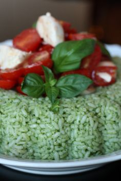 Riso verde freddo con mozzarella e pomodoro